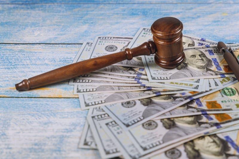 Das judge& x27; s-Hammer, Banknoten von amerikanischen Dollar auf dem Geschäft, Finanzkorruptions-Geldfinanzkriminalität lizenzfreies stockbild