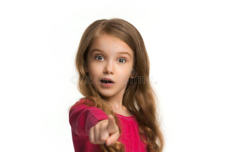 Das jugendlich Mädchen, das auf Sie, halbes Längennahaufnahmeporträt auf weißem Hintergrund zeigt stockbilder