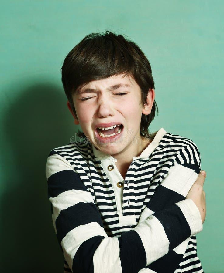 Das jugendlich Schreien des Jungen haben nervösen emotionalen Zusammenbruch stockbild