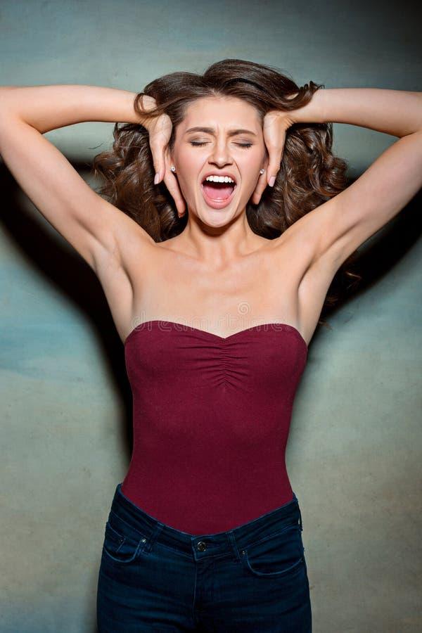 Das junge Frau ` s Porträt mit lustigen Gefühlen stockfotos