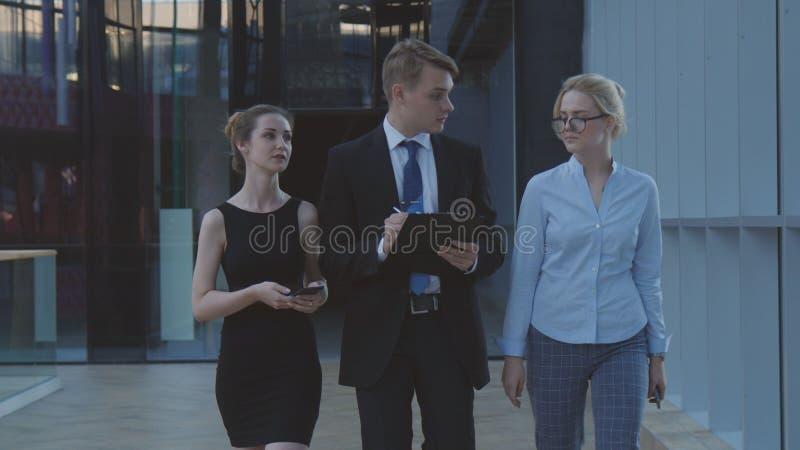 Das junge Geschäftsmannteam geht zur Sitzung lizenzfreies stockfoto