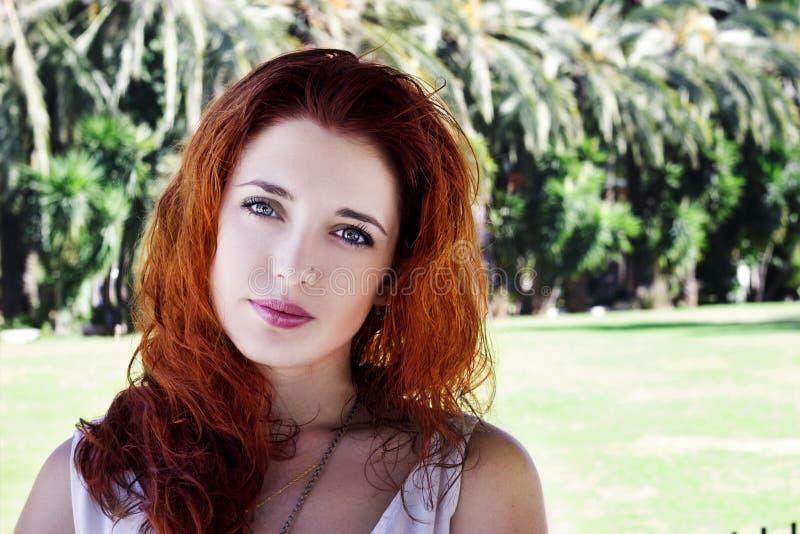 Das junge Mädchen, das auf der Straße, die Porträtstimmung, ein hübsches Haar des stilvollen jungen modernen Mädchens aufwirft, g stockfoto