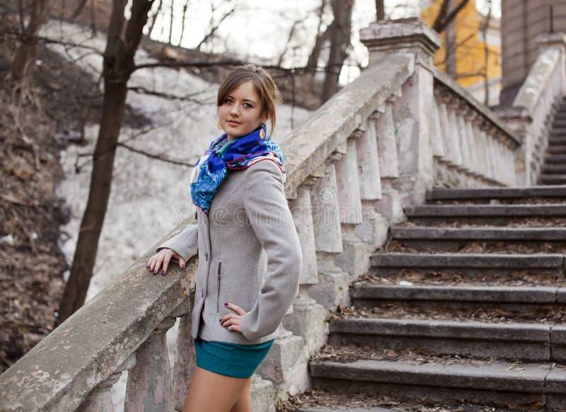 Das junge Mädchen auf einer Strichleiter lizenzfreies stockfoto