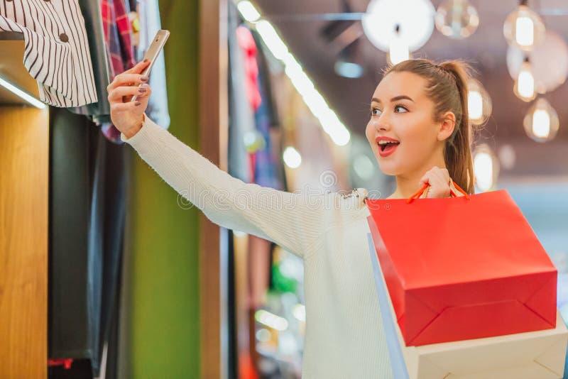 Das junge Mädchen im Speicher erheitert lizenzfreie stockbilder
