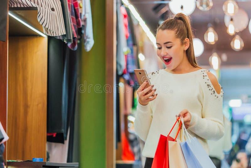 Das junge Mädchen im Speicher erheitert stockfotografie