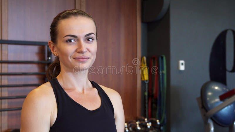 Das junge Mädchen tut Übungen in der Turnhalle unter Verwendung eines speziellen runden Dummkopfs lizenzfreie stockbilder