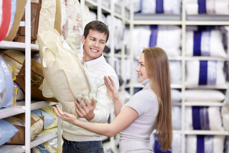 Das junge Paar kauft im System lizenzfreie stockfotos