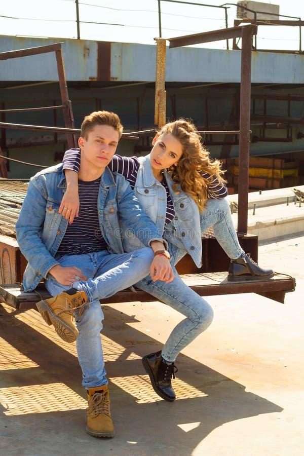 Das junge schöne attraktive Modepaar, das Jeans trägt, kleidet stockfotografie