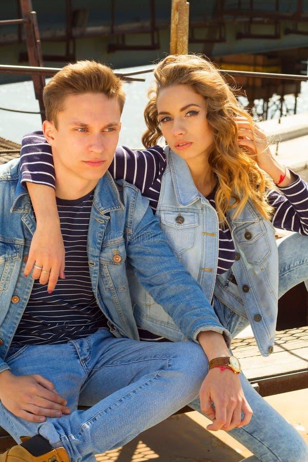 Das junge schöne attraktive Modepaar, das Jeans trägt, kleidet lizenzfreie stockbilder