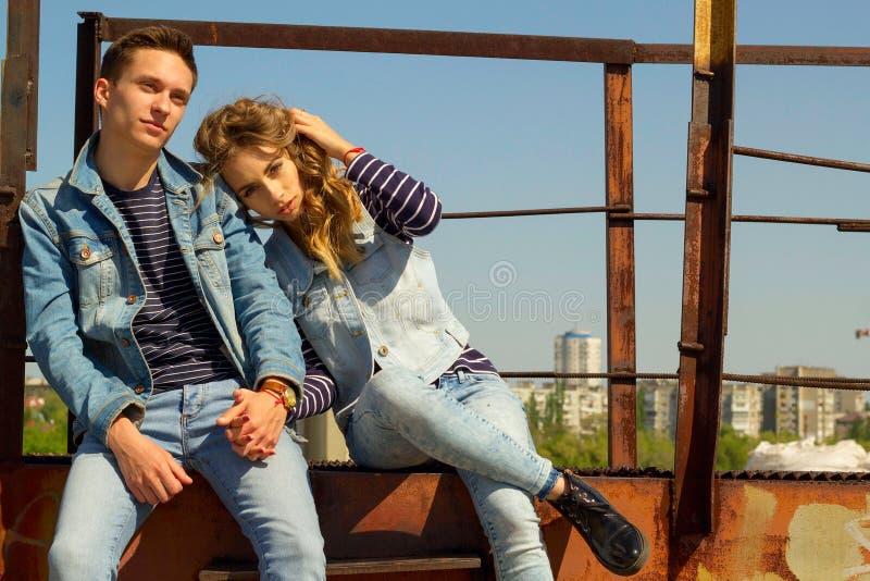Das junge schöne attraktive Modepaar, das Jeans trägt, kleidet stockbilder