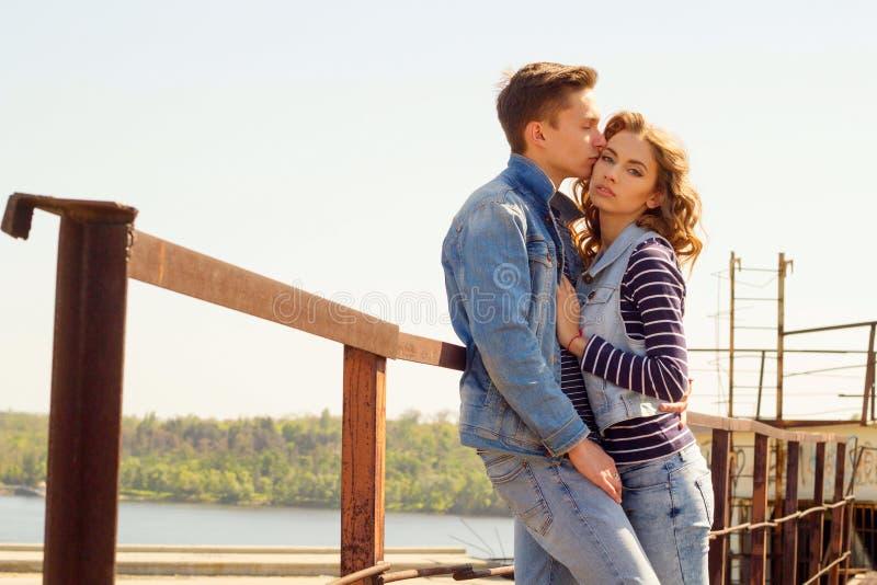 Das junge schöne attraktive Modepaar, das Jeans trägt, kleidet lizenzfreies stockfoto