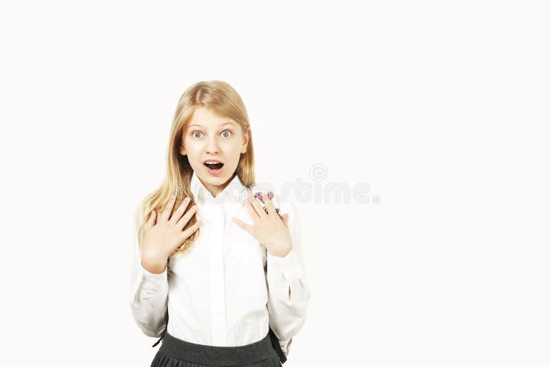 Das junge schöne Jugendlichmodellmädchen, das über Weiß aufwirft, lokalisierte den Hintergrund, der emotionale Gesichtsausdrücke  lizenzfreies stockfoto