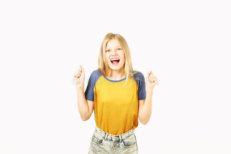 Das junge schöne Jugendlichmodellmädchen, das über Weiß aufwirft, lokalisierte den Hintergrund, der emotionale Gesichtsausdrücke  stockbilder