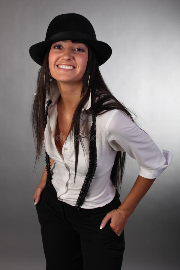 Das junge schöne Mädchen in einem Hut lizenzfreie stockfotografie