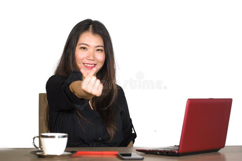 Das junge schöne und glückliche erfolgreiche asiatische chinesische Geschäftsfrauarbeiten entspannte sich am Bürocomputertisch, d lizenzfreies stockbild
