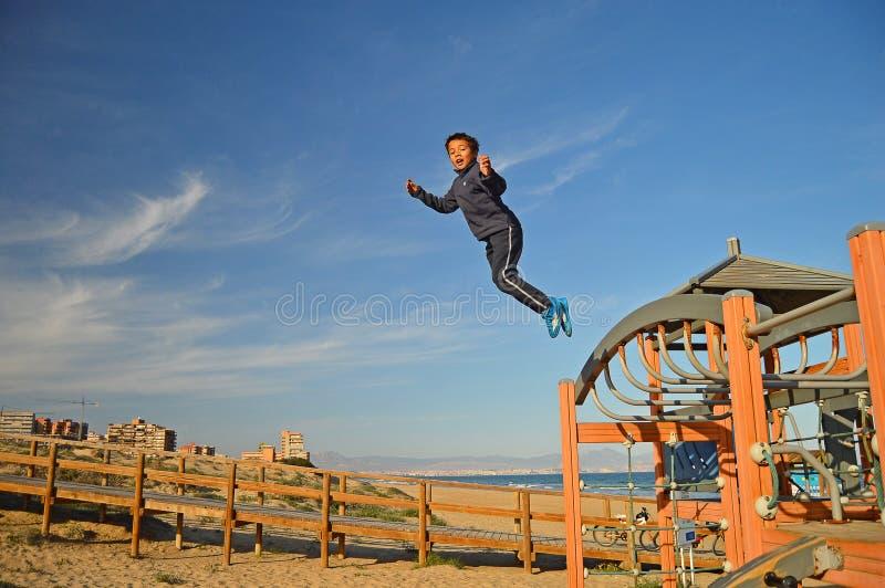 Das Jungenspringen lizenzfreie stockfotos