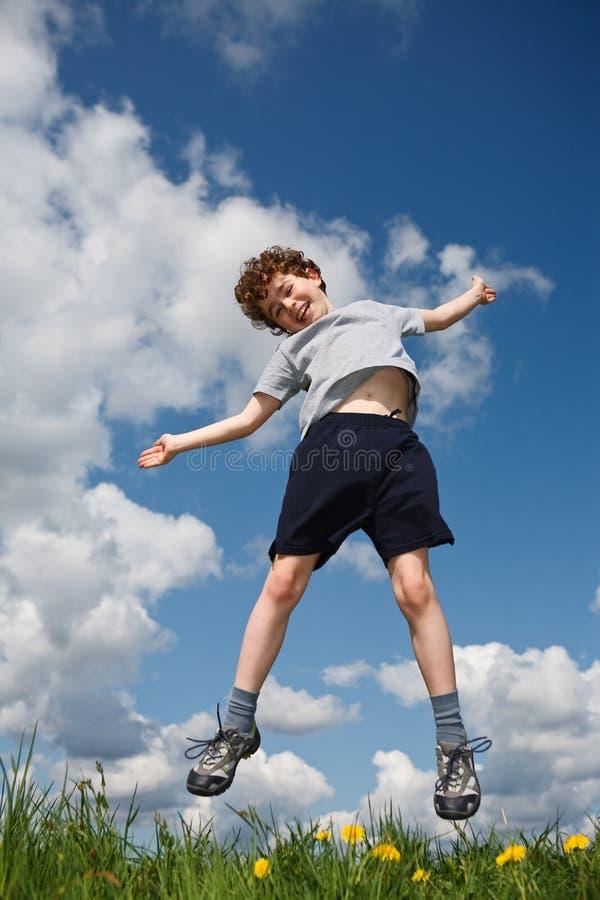 Das Jungenspringen im Freien stockbilder