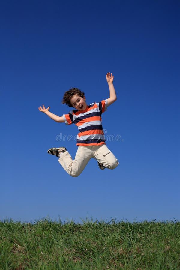 Download Das Jungenspringen Im Freien Stockbild - Bild von freude, jugendlicher: 9088285