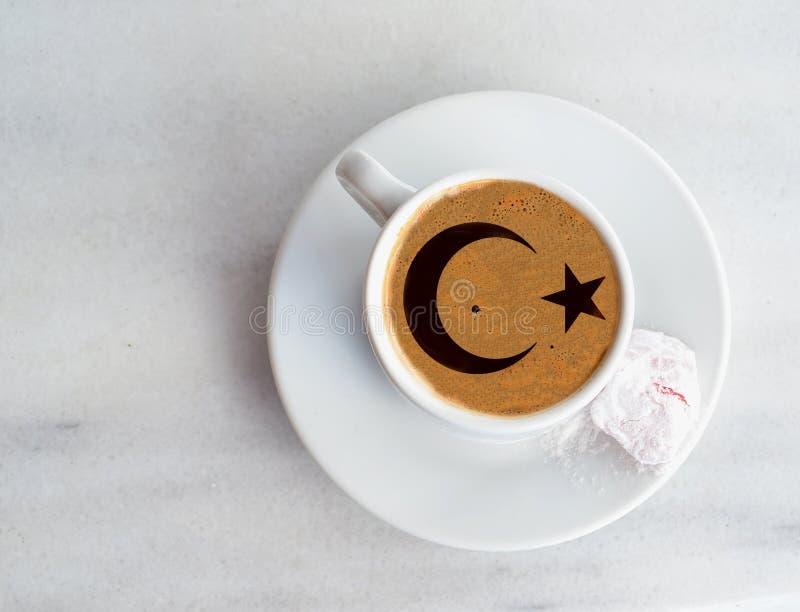 Das Kaffeetürkische mit türkischer Flagge stockfotografie