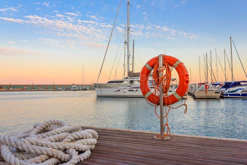 Das Kai eines Jachthafens bei dem Sonnenuntergang lizenzfreie stockbilder