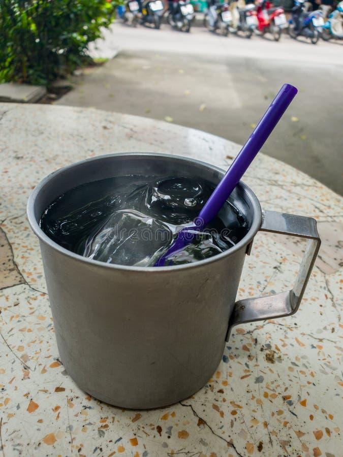 Das kalte Wasser in einem Edelstahltrinkglas kühl lizenzfreies stockbild