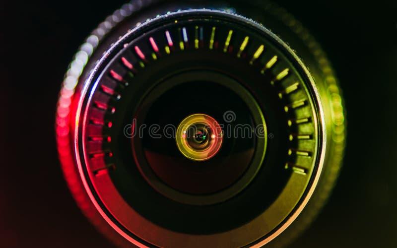 Das Kameraobjektiv mit farbigem Licht lizenzfreie stockfotos