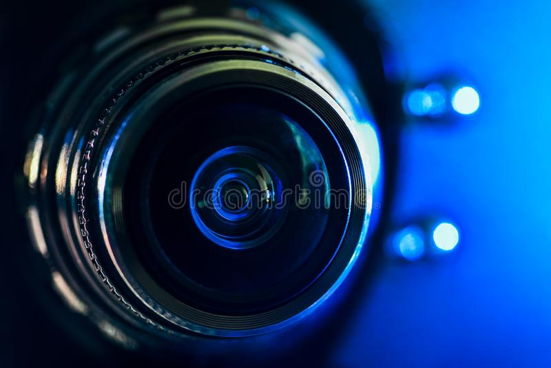 Das Kameraobjektiv und der blaue Backlighting stockbilder