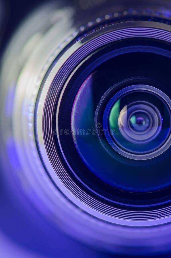 Das Kameraobjektiv und das hellblau Vertikales Foto lizenzfreies stockfoto