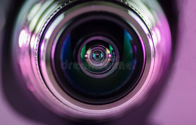 Das Kameraobjektiv und das hellpurpurn lizenzfreie stockfotos