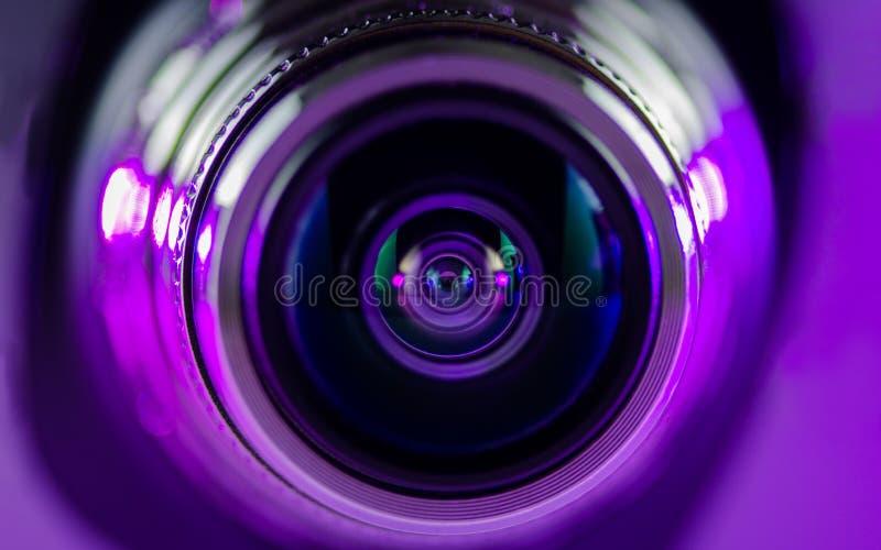 Das Kameraobjektiv und das leicht- Purpur - Rot lizenzfreie stockfotografie