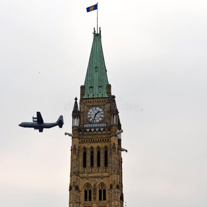 Das kanadische Flugzeug, das in Afghanistan benutzt wird, fliegt durch Friedensturm lizenzfreie stockbilder