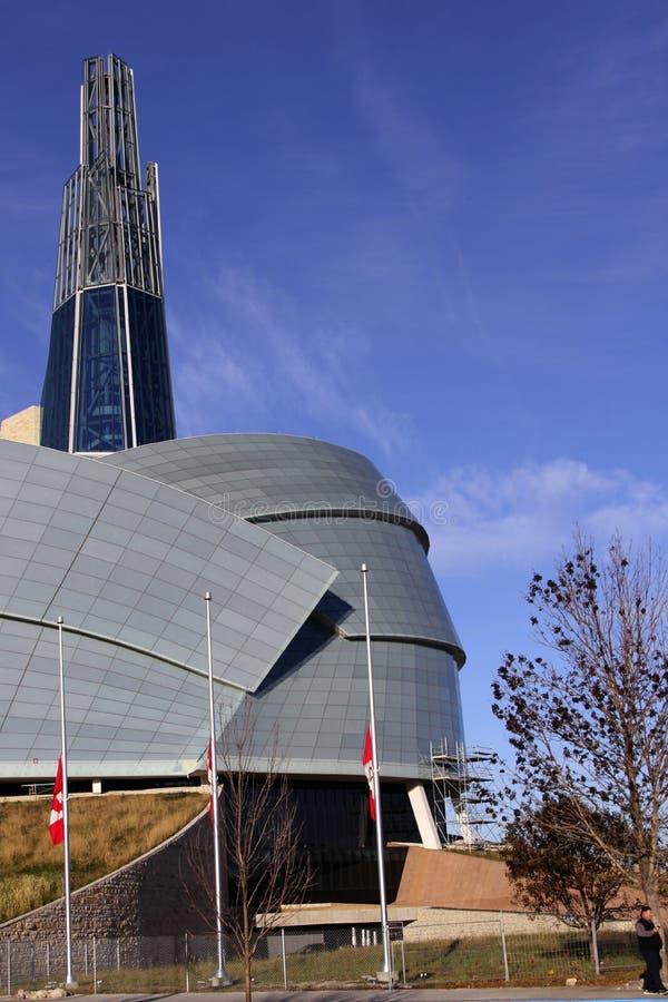 Das kanadische Menschenrechts-Museum kennzeichnet halben Mast lizenzfreies stockfoto