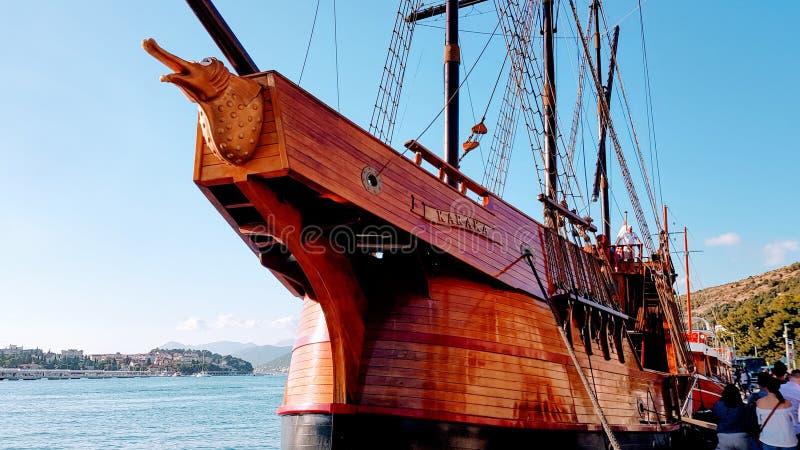 Das Karaka-Boot, wie im Spiel von den Thronen verwendet, die herein zum Hafen als Teil eines Spiels von Thronen ziehen, bereisen stockfotos