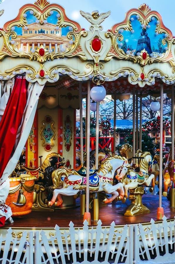 Das Karussell der Kinder in Moskau Zwei-Geschosskarussell mit Pferden Fröhlich gehen Umlauf-Pferde stockfoto