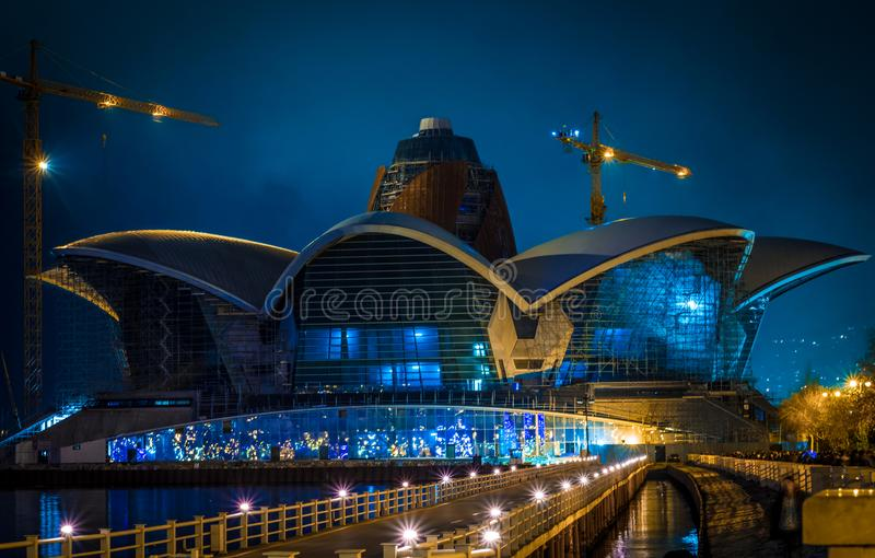 Das kaspische Ufergegend-Mall-Baku-Gebäude nachts stockbilder