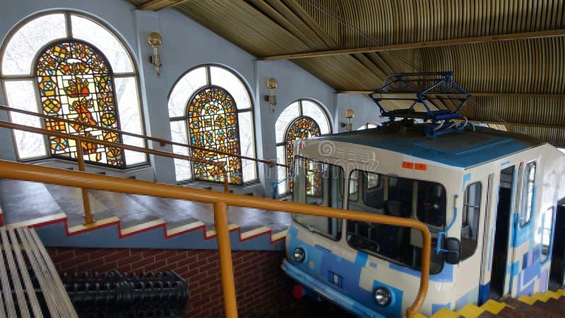 Das Kiew funikulär Innenraum der Bergstation mit einem Anhänger stockfotografie