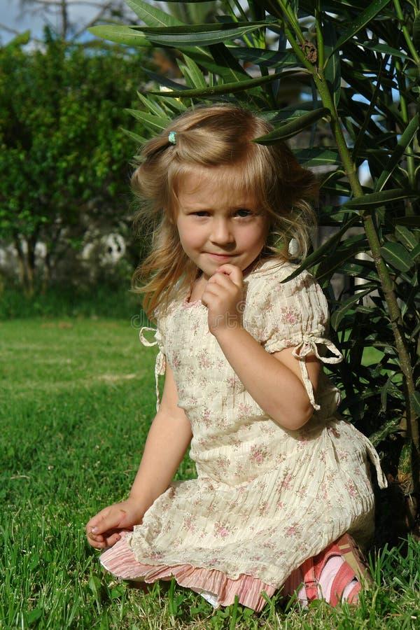 Das Kind auf Gras stockbilder