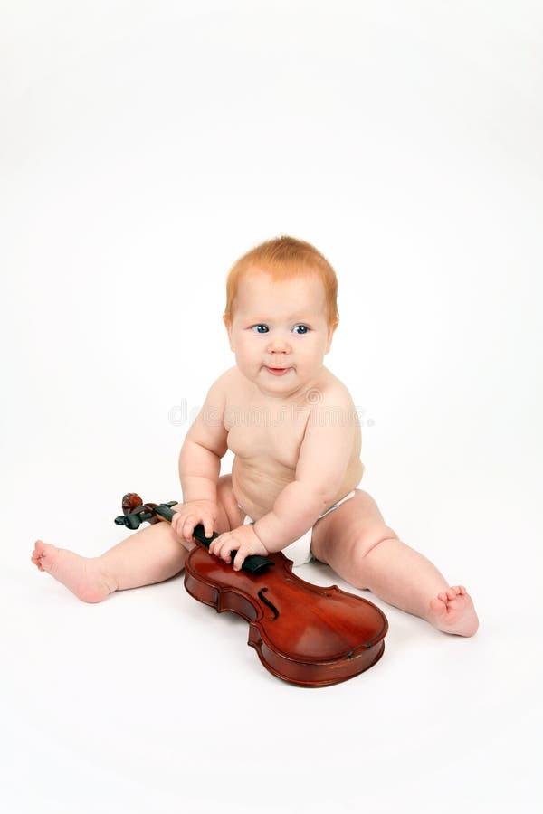Das Kind, das mit einer Violine spielt stockbild