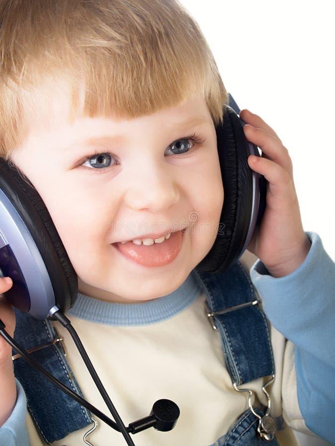 Das Kind in den Kopfhörern lizenzfreie stockbilder