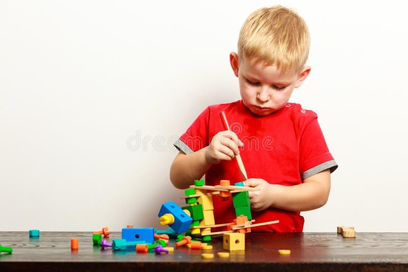 Das Kind des kleinen Jungen, das mit Bausteinen spielt, spielt Innenraum stockfoto