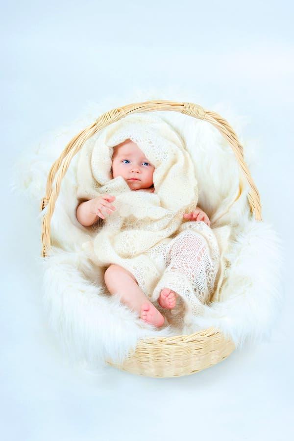 Das Kind in einem Korb stockfoto