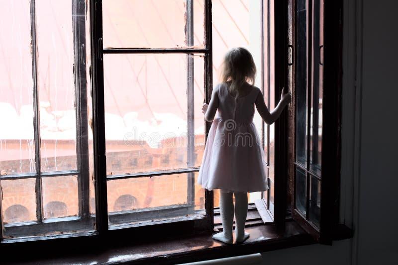 Das Kind ist in der Gefahr stockfotografie