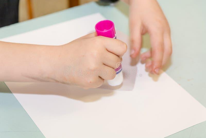 Das Kind klebt das Herz Das Kind nimmt an Näharbeit teil lizenzfreies stockbild