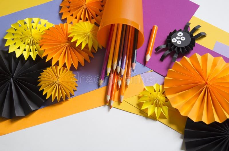 Das Kind macht schwarze Spinnen vom Papier Vorlagenklasse Handgemachte Fertigkeiten lizenzfreies stockbild