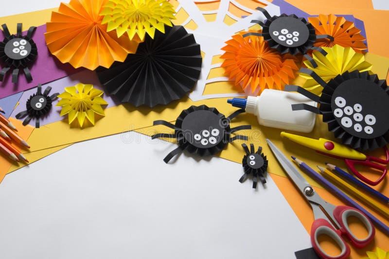 Das Kind macht schwarze Spinnen vom Papier Vorlagenklasse Handgemachte Fertigkeiten stockbild