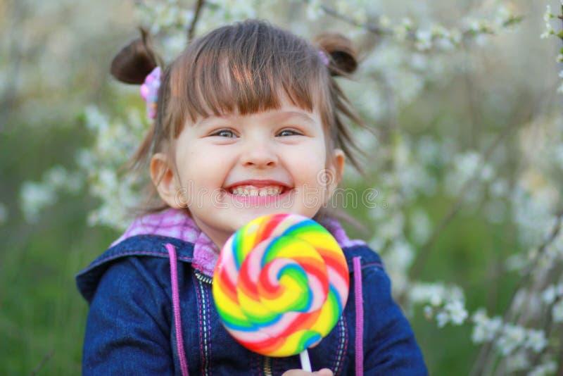 Das Kind mit der großen Süßigkeit lizenzfreies stockfoto
