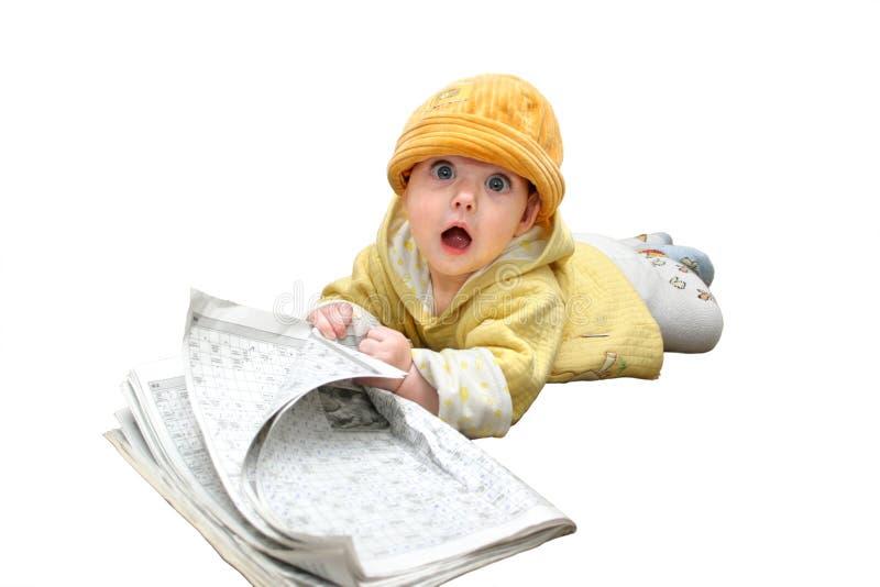 Das Kind mit Zeitschrift lizenzfreie stockfotografie