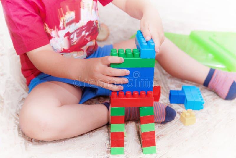Das Kind montiert den Entwerfer Kindertätigkeiten im Kindergarten oder zu Hause Kindheitsentwicklung lizenzfreie stockbilder