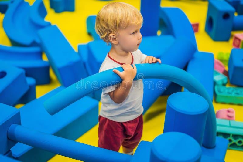 Das Kind montiert den Entwerfer Kindert?tigkeit im Kindergarten oder zu Hause Ein Junge spielt im großen Designer lizenzfreie stockfotografie
