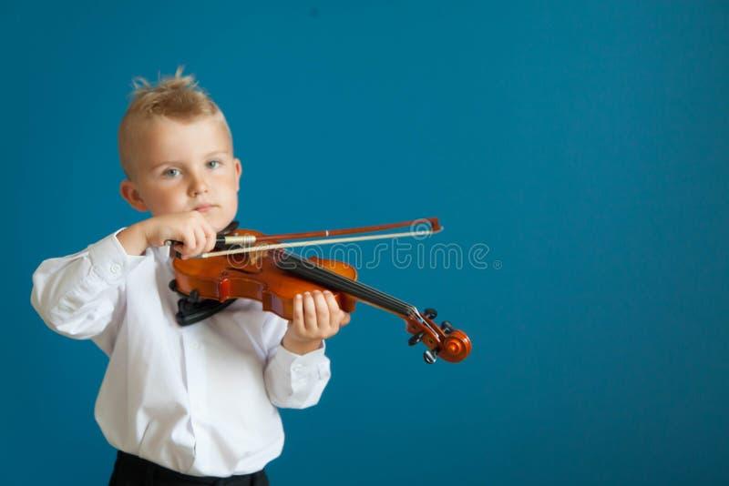 Das Kind spielt die Violine Junge, der Musik studiert stockfotos